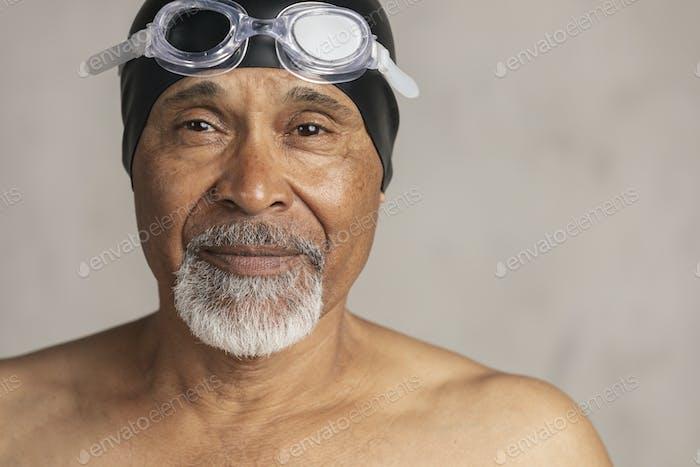 Nadador afroamericano senior con gorro de baño y gafas
