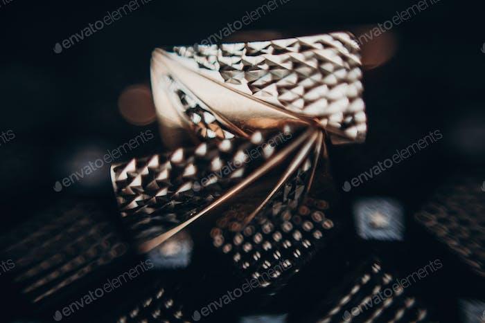Goldene Manschettenknöpfe auf Bindung. Luxus Manschettenknöpfe Nahaufnahme, Bräutigam Set
