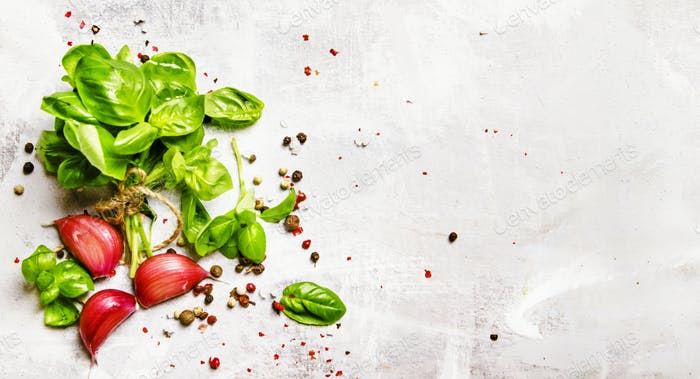 Food-Hintergrund, grünes Basilikum, Knoblauch, Salz und Pfeffer, Draufsicht