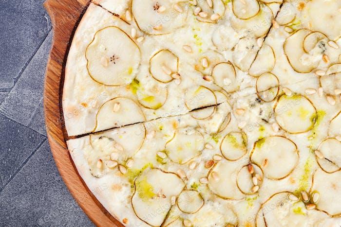 Pizza mit Birnen und Blauschimmelkäse