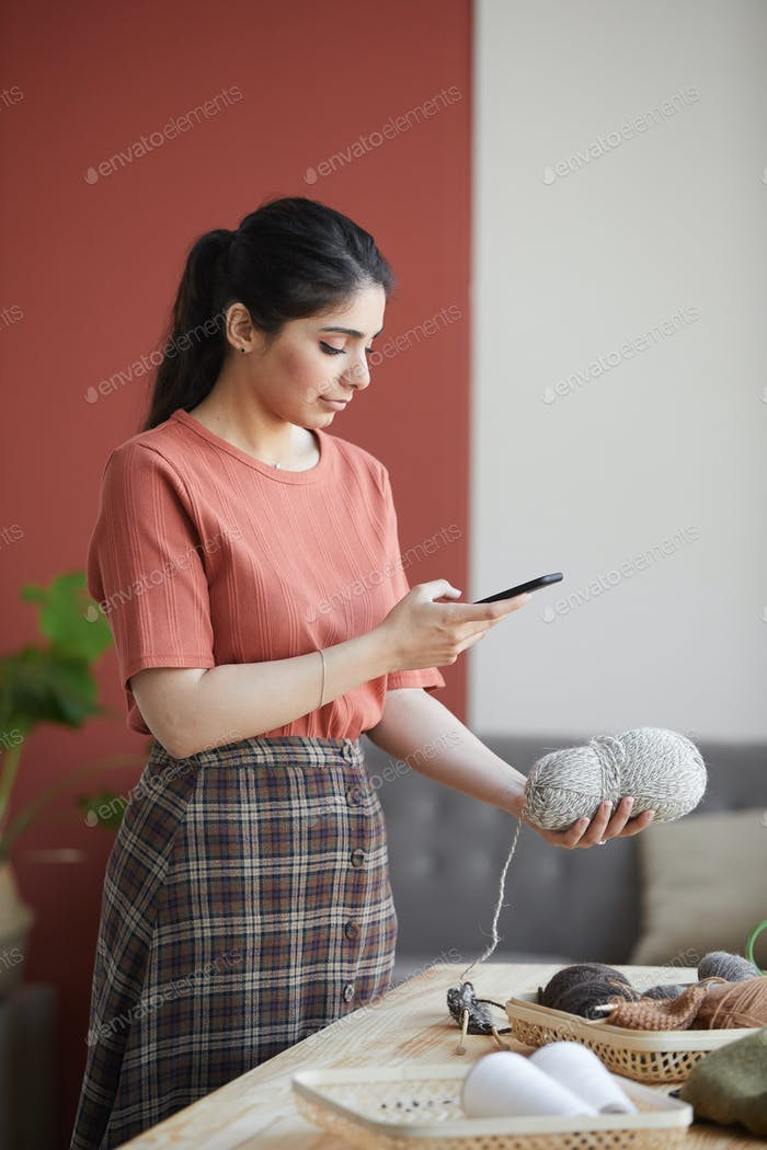 Frau macht einen Rückblick auf Wolle