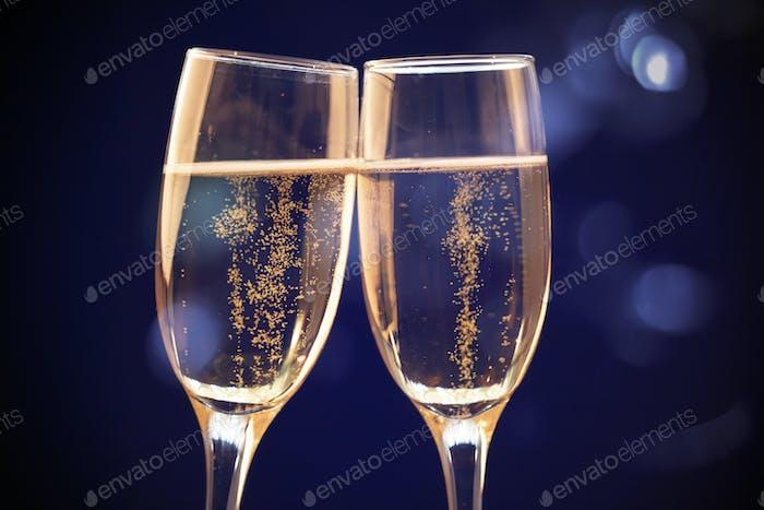 Zwei Champagnergläser bereit, das neue Jahr zu bringen