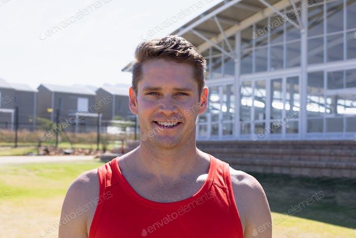 Mann beim Sport lächelnd