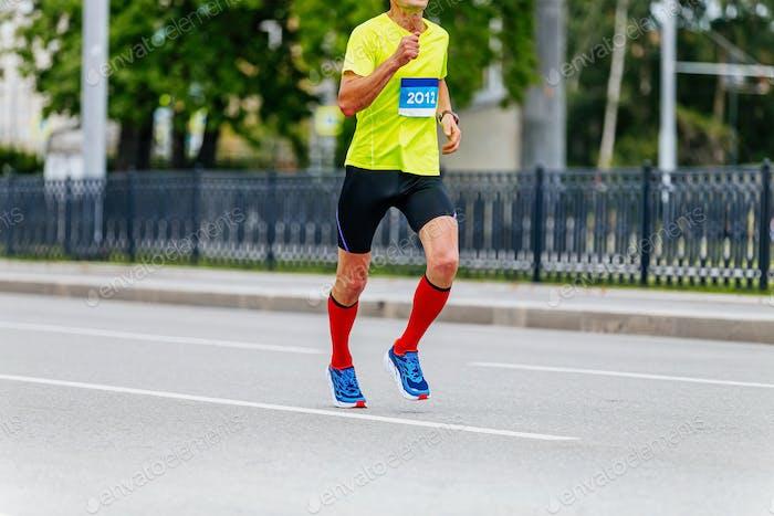 Mann Läufer Athlet in Kompressionssocken