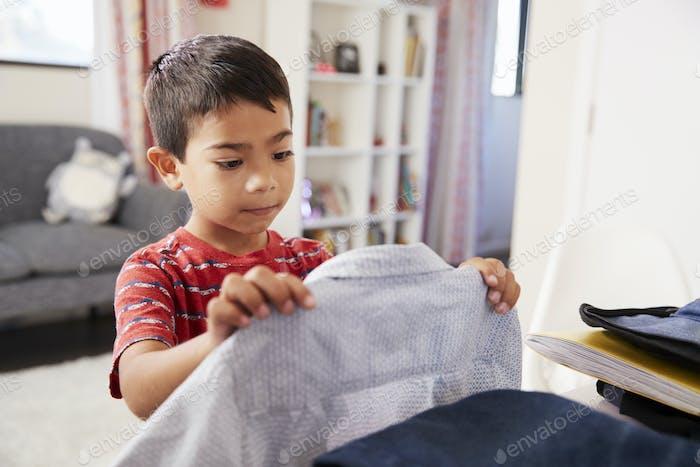 Junge im Schlafzimmer Wahl Shirt bereit für die Schule