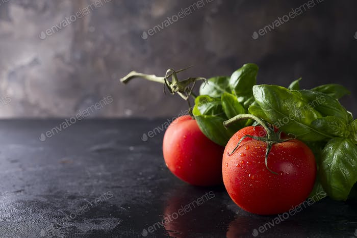 Tomaten und Basilikumblätter