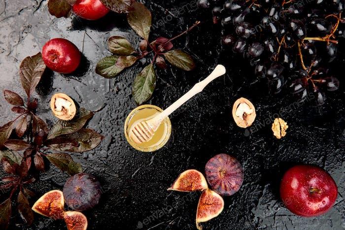 Herbst Essen Stillleben mit Saison Früchte Trauben, rote Äpfel und Feigen.