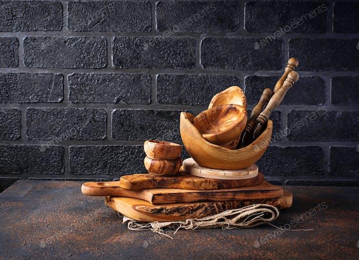 Holzschalen auf einem Backsteinwand Hintergrund