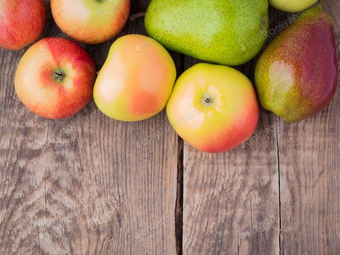 Obst Satz von Birnen und Äpfeln auf Holz