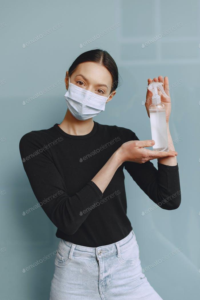 Frau hält Antiseptikum in ihren Händen