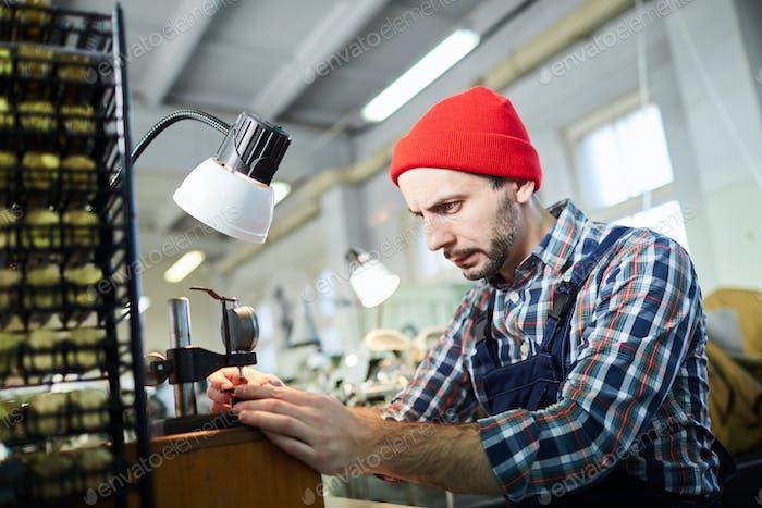 Uhrmacher arbeiten in der Fabrik