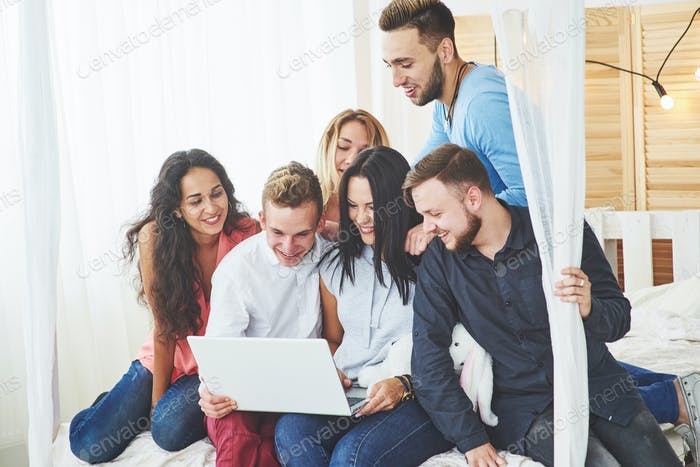 Gruppe von kreativen jungen Freunden Hängende Social Media Konzept