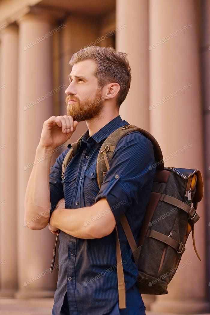 Городской бородатый путешественник в городе.