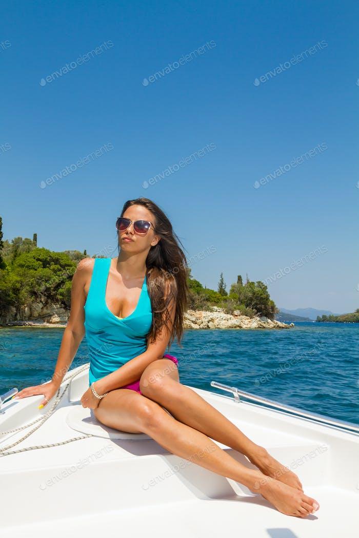 junges Mädchen auf einem Motorboot
