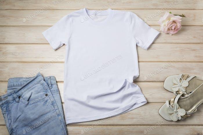 Placeit — Damen T-Shirt Mockup mit rosa Rose und Sandalen