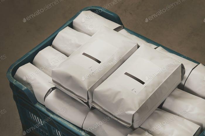 Weiße Pakete gefüllt mit Kaffee oder Tee