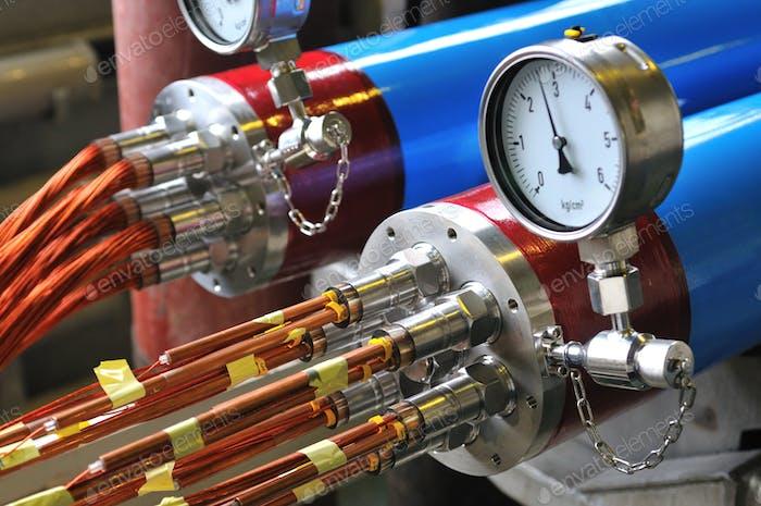Druckmessung in Metallgerät mit Leitern aus rotem Kupferdraht in der Kapton-Isolierung