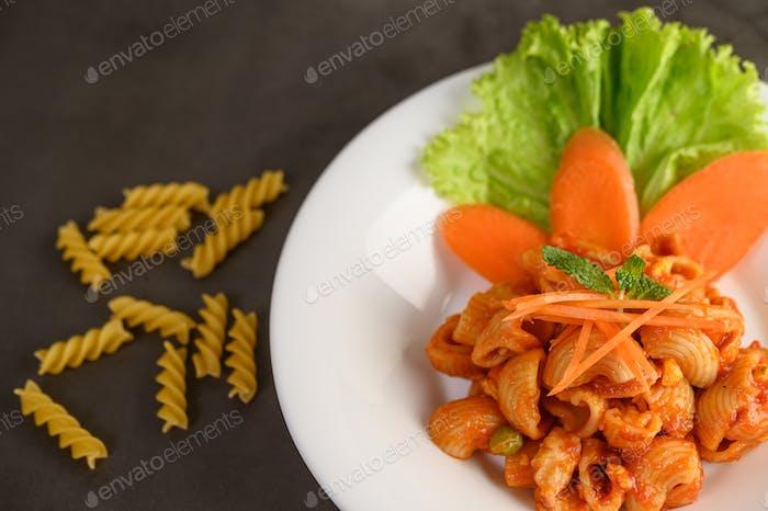 Revuelva los macarrones fritos con salsa de tomate y cerdo