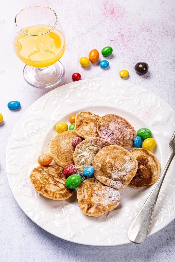 Niederländische Mini-Pfannkuchen genannt poffertjes