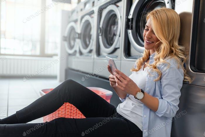 Pasando el tiempo en la lavandería.