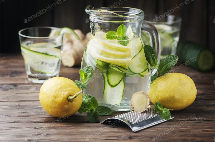 Wasser mit Zitrone, Cucmber und Ingwer