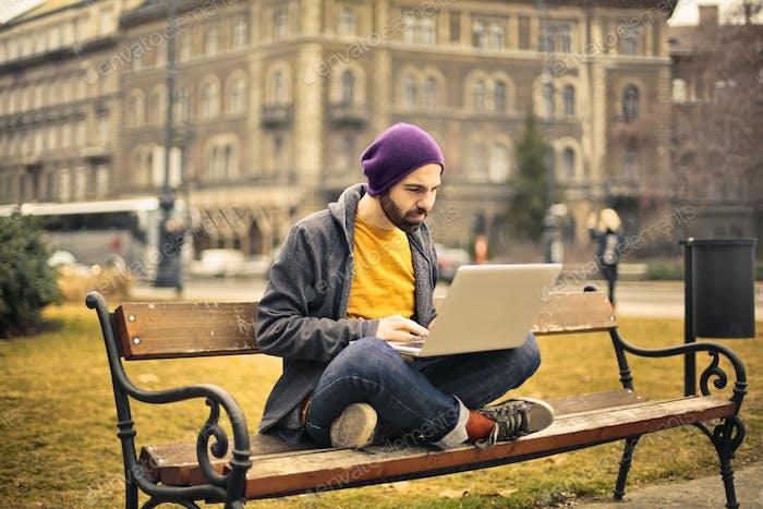 Mann mit einem Computer