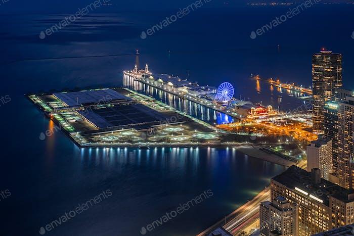 Blick von oben auf den Navy Pier in der Dämmerung, entlang des Michigansees, des Chicagoer Stadtbildes, Illinios,