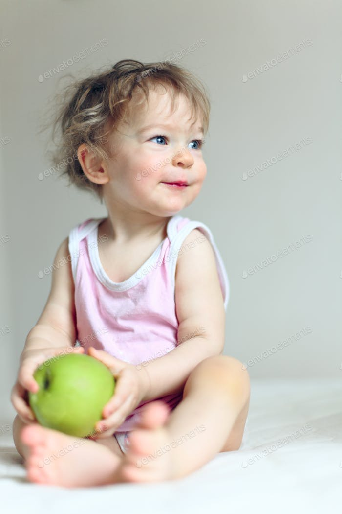 Baby und Apfel