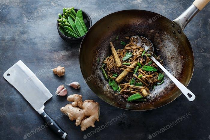 Rindfleisch und Nudeln mit Austernsauce mit Zutaten, Kopierraum
