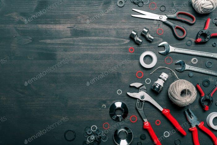Klempnerwerkzeug-Set auf dem Schreibtisch, Ansicht von oben