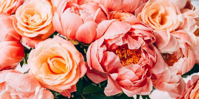Frische Bündel von rosa Pfingstrosen und Rosen