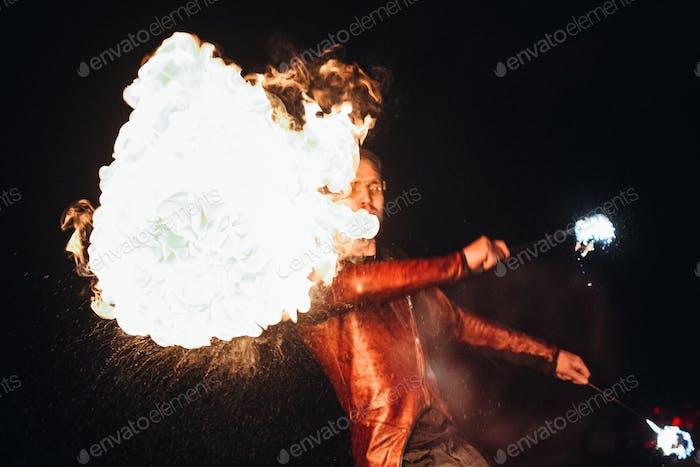 encender el espectáculo nocturno de fuego con la participación de la gente, la luz y el fuego abierto