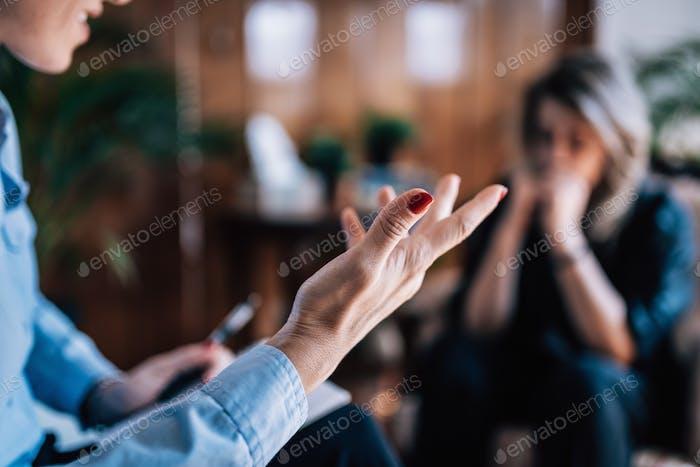 Psychologie-Konzept. Psychotherapeut Notizen während der Sitzung