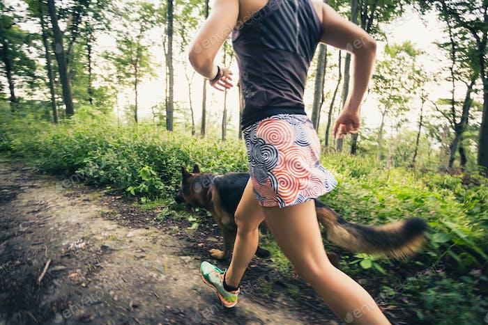 Trailrunning sportliche Frau im grünen Wald, sportliche Inspiration
