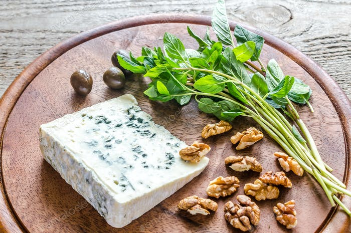 Blue cheese with walnuts and fresh mint