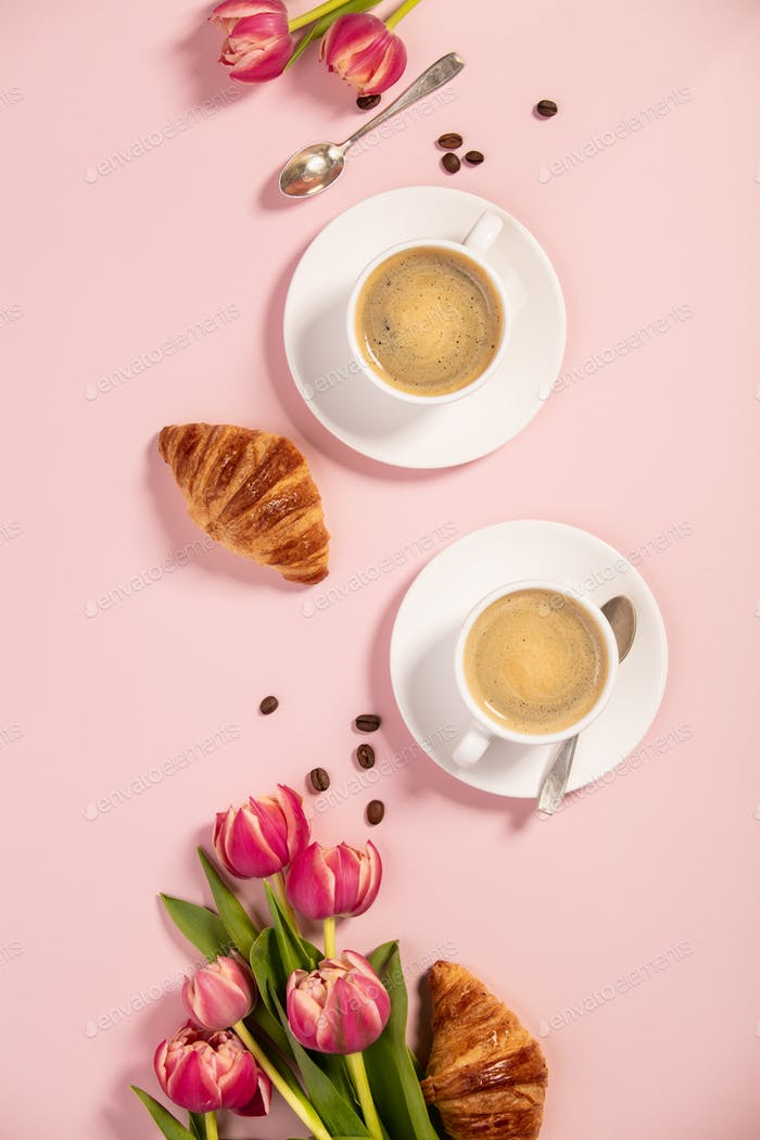 Morgenkaffee, Croissants und eine schöne Blumen. Flache Lag