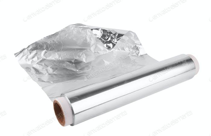 Eine Rolle Aluminiumfolie isoliert auf weißem Hintergrund