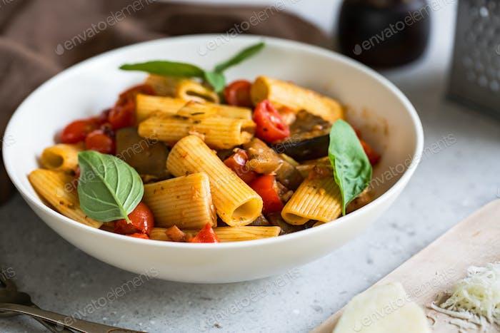 Rigatoni mit Aubergine und Tomate