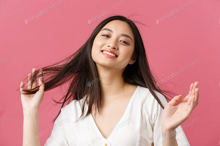 Beauty-Produkte Werbung, Haarpflege und Frauen Mode Konzept. Sinnlich und zärtlich attraktiv