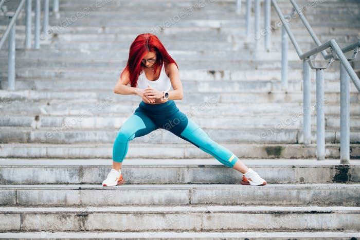 Porträt von kaukasischen weiblichen in sportbekleidung trainieren im freien auf treppen