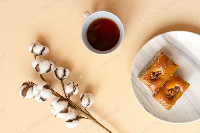 Perfektes Frühstück: Tee und Baklava.