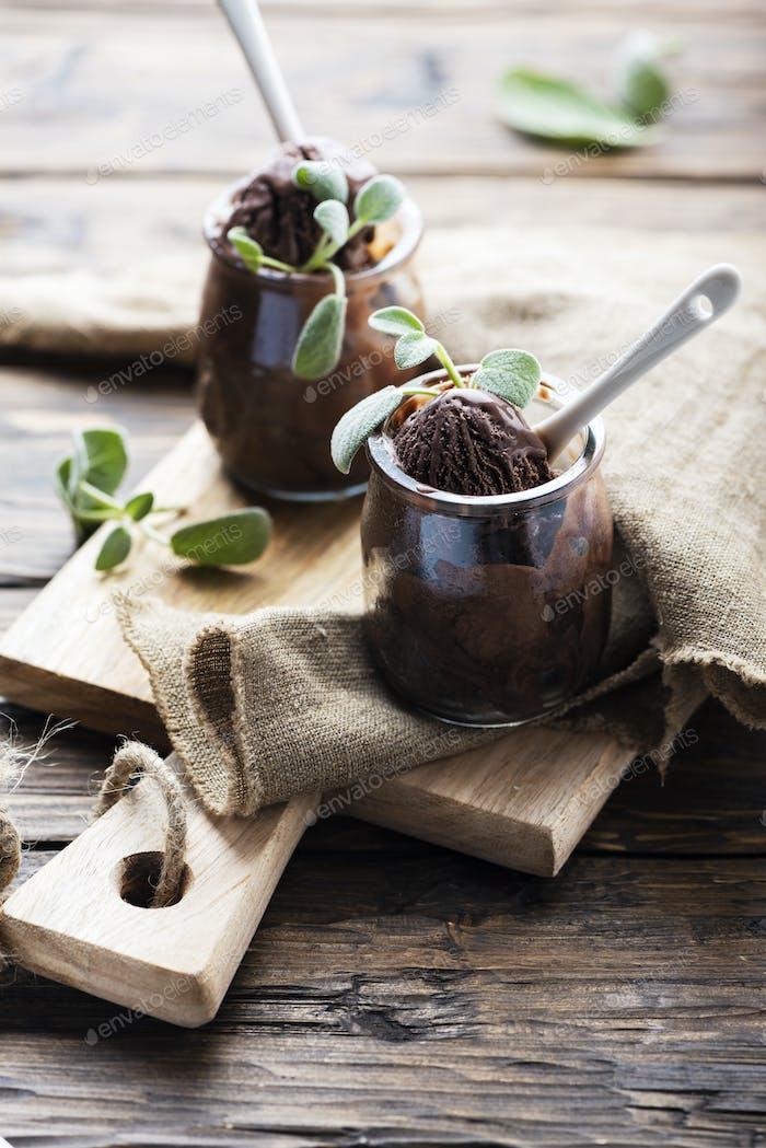 Süßes Schokoladeneis mit Salbei