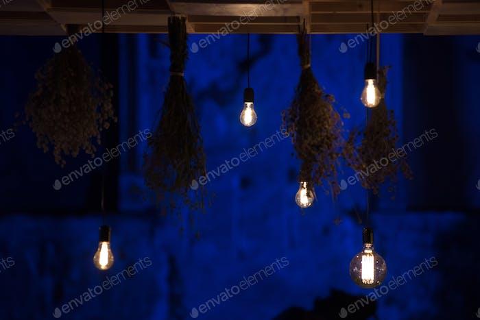 Hängende leuchtende LED-Lampen im Dunkeln