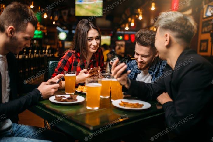 Fun Freunde in einer Sportbar, Siegesfest