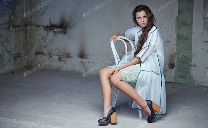 sexy chica en blanco vestido