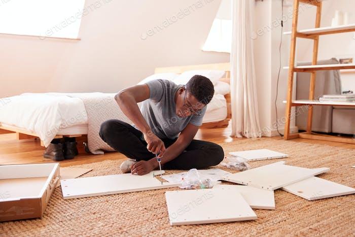 Mann in New Home Zusammenstellung Selbstmontage Möbel