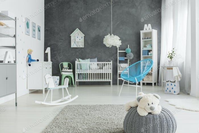 Kinderzimmer mit grauem Hocker