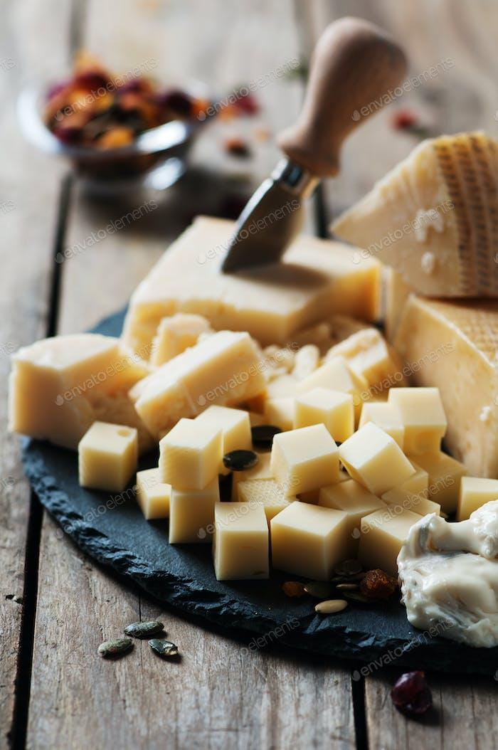 Verschiedene Arten von Käse auf dem Tisch