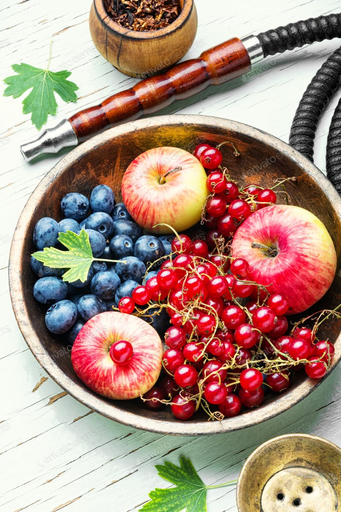 Wasserpfeife mit Beeren und Apfel
