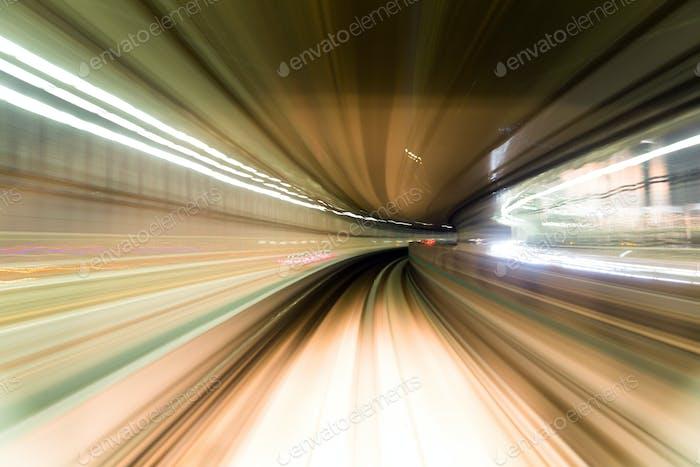 Schnellzug am Bahnhof